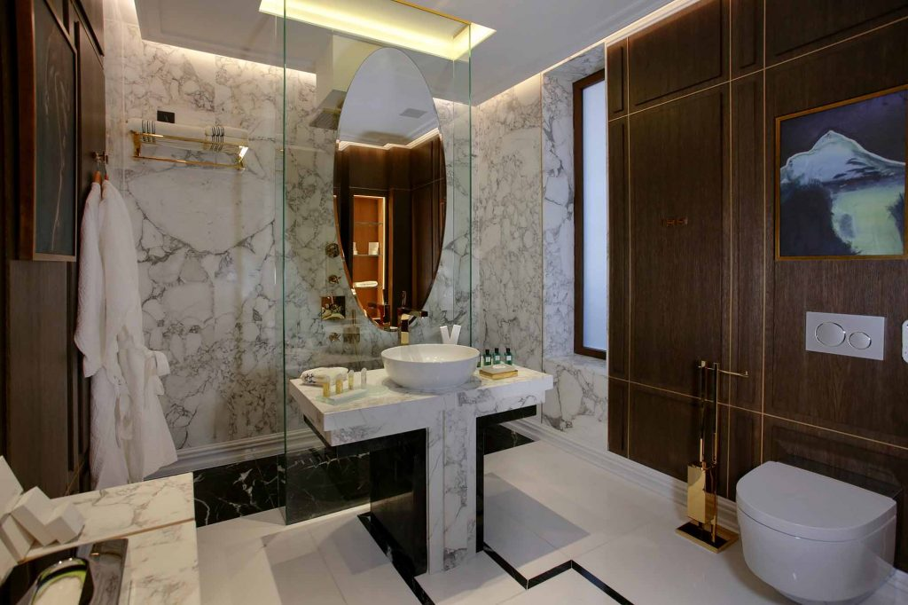 Royal Suite 626 bathroom